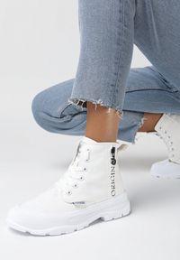 Born2be - Białe Trampki Fleta. Nosek buta: okrągły. Zapięcie: sznurówki. Kolor: biały. Materiał: materiał. Szerokość cholewki: normalna. Wzór: napisy. Styl: elegancki