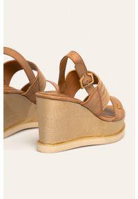Złote sandały Wrangler na klamry