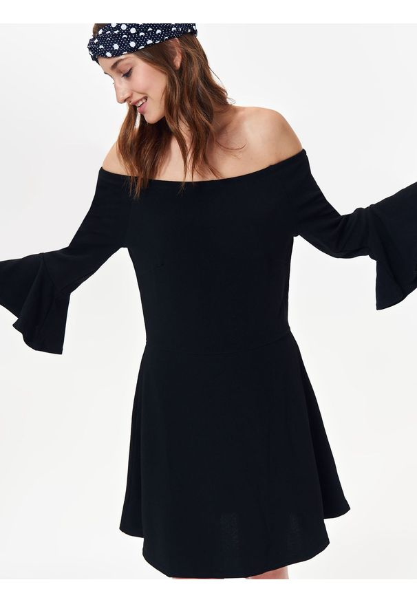 Czarna sukienka TROLL na zimę, w kolorowe wzory, elegancka