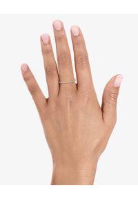 VANRYCKE - Pierścionek z diamentami Charlie. Materiał: złote. Kolor: złoty. Kamień szlachetny: diament