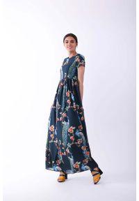 Nommo - Długa Granatowa Sukienka na Krótki Rękaw. Kolor: niebieski. Materiał: wiskoza, poliester. Długość rękawa: krótki rękaw. Wzór: kwiaty. Długość: maxi