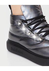 Baldinini - BALDININI - Sneakersy z efektem holograficznym. Kolor: szary. Materiał: guma, jeans, materiał. Szerokość cholewki: normalna. Obcas: na obcasie. Wysokość obcasa: średni
