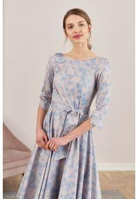 Marie Zélie - Sukienka Alana Tarsia błękitna. Typ kołnierza: kokarda. Kolor: niebieski. Materiał: bawełna, satyna, skóra, materiał. Styl: wizytowy, elegancki