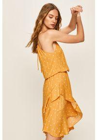 Żółta sukienka ANSWEAR midi, prosta, z okrągłym kołnierzem, na ramiączkach