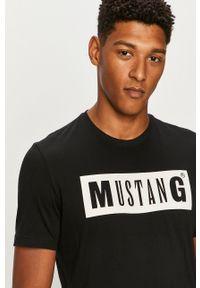 Czarny t-shirt Mustang na co dzień, z okrągłym kołnierzem, z nadrukiem