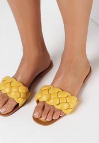Born2be - Żółte Klapki Athessei. Nosek buta: otwarty. Kolor: żółty. Sezon: lato. Obcas: na obcasie. Styl: klasyczny. Wysokość obcasa: niski