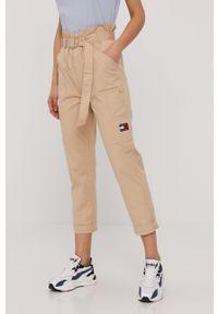 Tommy Jeans - Spodnie. Okazja: na co dzień. Stan: podwyższony. Kolor: beżowy. Materiał: bawełna, tkanina. Styl: casual