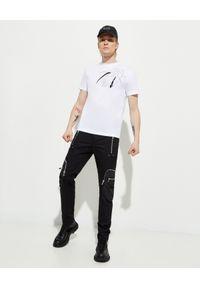Les Hommes - LES HOMMES - Biały t-shirt z kwiatowym nadrukiem. Okazja: na co dzień. Kolor: biały. Materiał: jeans, bawełna. Wzór: kwiaty, nadruk. Styl: elegancki, casual