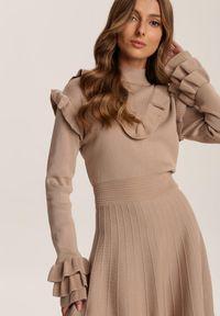 Renee - Beżowa Sukienka Iriniesh. Typ kołnierza: kołnierz z falbankami, golf. Kolor: beżowy. Materiał: dzianina. Długość rękawa: długi rękaw. Wzór: prążki. Długość: mini