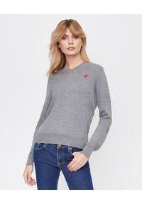 COMME DES GARCONS PLAY - Szary sweter z małym sercem. Typ kołnierza: dekolt w serek. Kolor: szary. Materiał: bawełna, jeans. Styl: elegancki