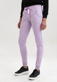 Fioletowe spodnie dresowe Born2be