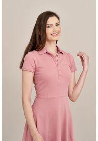Marie Zélie - Sukienka Polo pąsowy róż trapezowa krótki rękaw. Okazja: na co dzień, do pracy. Typ kołnierza: polo. Kolor: różowy, czerwony, wielokolorowy. Materiał: dzianina, materiał, bawełna. Długość rękawa: krótki rękaw. Typ sukienki: trapezowe. Styl: sportowy, klasyczny, wakacyjny, casual