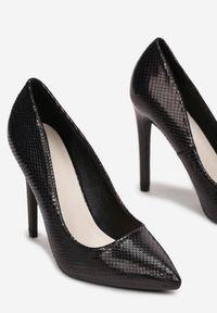Born2be - Czarne Holograficzne Szpilki Pisireia. Nosek buta: szpiczasty. Zapięcie: bez zapięcia. Kolor: czarny. Szerokość cholewki: normalna. Wzór: motyw zwierzęcy. Materiał: skóra, lakier. Obcas: na szpilce. Styl: klasyczny. Wysokość obcasa: średni