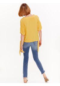 TOP SECRET - Bluzka damska o luźnym kroju z wiązaniami. Typ kołnierza: dekolt w serek. Kolor: żółty. Materiał: tkanina. Długość rękawa: krótki rękaw. Długość: krótkie. Sezon: wiosna, lato. Styl: elegancki