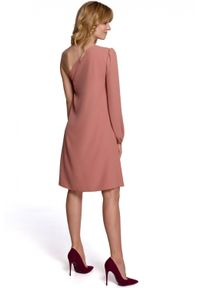 Makover - Rozkloszowana sukienka z asymetrycznym rękawem. Materiał: elastan. Typ sukienki: asymetryczne
