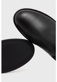 Hugo - Kozaki. Nosek buta: okrągły. Kolor: czarny. Materiał: skóra, guma. Szerokość cholewki: normalna. Obcas: na obcasie. Wysokość obcasa: niski