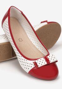 Born2be - Biało-Czerwone Balerinki Talilia. Nosek buta: okrągły. Zapięcie: bez zapięcia. Kolor: biały. Materiał: lakier, skóra ekologiczna. Szerokość cholewki: normalna. Wzór: ażurowy, aplikacja
