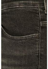 Szare jeansy Wrangler w kolorowe wzory