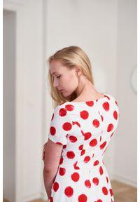 Marie Zélie - Sukienka Galatea w czerwone grochy. Kolor: czerwony. Materiał: bawełna, skóra, materiał. Długość rękawa: krótki rękaw. Wzór: grochy