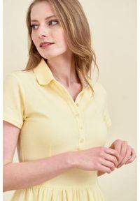 Marie Zélie - Sukienka Polo marszczona jasnożółta krótki rękaw. Okazja: na co dzień, do pracy. Typ kołnierza: polo. Kolor: żółty. Materiał: dzianina, materiał, bawełna. Długość rękawa: krótki rękaw. Typ sukienki: proste, sportowe. Styl: sportowy, klasyczny, wakacyjny, casual