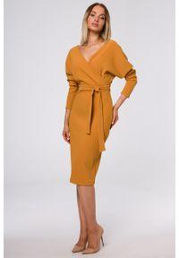 e-margeritka - Sukienka kopertowa z prążkowanej dzianiny musztardowa - m. Kolor: żółty. Materiał: dzianina, prążkowany. Wzór: prążki. Typ sukienki: kopertowe