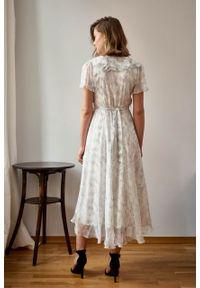 Marie Zélie - Sukienka Fleur jedwabna szary ornament. Kolor: szary. Materiał: jedwab. Długość rękawa: krótki rękaw. Wzór: kwiaty. Sezon: zima, lato. Długość: maxi