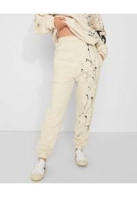 JOANNA MUZYK - Szare spodnie dresowe Love Me. Stan: podwyższony. Kolor: szary. Materiał: dresówka. Wzór: napisy, aplikacja