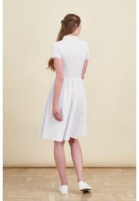 Marie Zélie - Sukienka Polo marszczona biała krótki rękaw. Okazja: do pracy, na co dzień. Typ kołnierza: polo. Kolor: biały. Materiał: bawełna, dzianina, materiał. Długość rękawa: krótki rękaw. Typ sukienki: proste, sportowe. Styl: wakacyjny, sportowy, klasyczny, casual