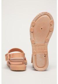 Beżowe sandały zaxy gładkie, na klamry