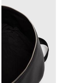 Calvin Klein Jeans - Plecak. Okazja: na co dzień. Kolor: czarny. Materiał: materiał, dzianina, poliester, elastan, wiskoza. Długość rękawa: krótki rękaw. Wzór: nadruk. Typ sukienki: proste. Styl: casual. Długość: mini