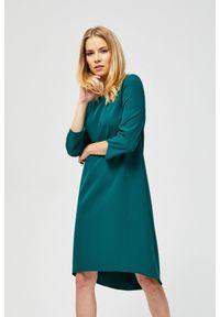 Zielona sukienka MOODO asymetryczna, z asymetrycznym kołnierzem