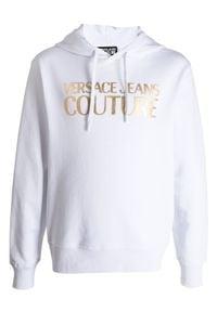 Versace Jeans Couture - VERSACE JEANS COUTURE - Bluza z kapturem w kolorze białym. Typ kołnierza: kaptur. Kolor: biały. Materiał: bawełna. Długość rękawa: długi rękaw. Długość: długie. Wzór: nadruk