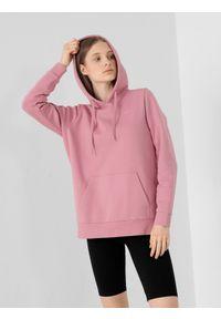 4f - Bluza dresowa nierozpinana z kapturem damska. Typ kołnierza: kaptur. Kolor: różowy. Materiał: dresówka