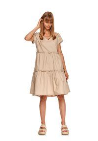 TOP SECRET - Luźna sukienka z falbanami. Typ kołnierza: dekolt w serek. Kolor: beżowy. Materiał: tkanina, bawełna. Długość rękawa: krótki rękaw. Sezon: lato. Styl: wakacyjny. Długość: midi