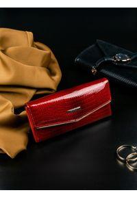 Czerwony portfel LORENTI w kolorowe wzory