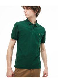 Lacoste - LACOSTE - Ciemnozielony t-shirt polo z logo Regular Fit. Typ kołnierza: polo. Kolor: zielony. Materiał: bawełna, prążkowany. Wzór: haft