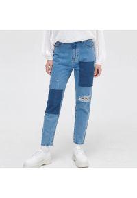 Cropp - Jeansy mom z łatami i przetarciami - Niebieski. Kolor: niebieski