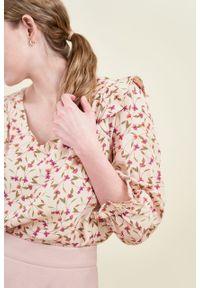 Marie Zélie - Bluzka Ina Matthiola różowa. Typ kołnierza: kołnierz z falbankami. Kolor: różowy. Materiał: wiskoza, skóra, materiał. Sezon: lato