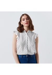 Cropp - Wzorzysta bluzka z falbankami - Biały. Typ kołnierza: kołnierz z falbankami. Kolor: biały