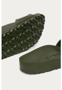 Zielone klapki Birkenstock bez obcasa, gładkie