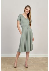 Marie Zélie - Sukienka Selma jasnooliwkowa mikromodal. Typ kołnierza: dekolt w serek. Materiał: wiskoza, dzianina, elastan, włókno, skóra. Długość: midi
