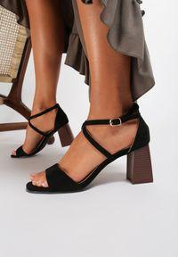 Czarne sandały na słupku Renee