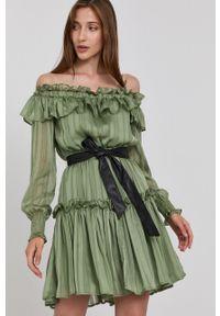 Guess - Sukienka. Typ kołnierza: dekolt hiszpanka. Kolor: zielony. Materiał: tkanina. Długość rękawa: długi rękaw. Typ sukienki: rozkloszowane
