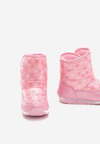 Born2be - Różowe Śniegowce Bellamy. Wysokość cholewki: przed kolano. Zapięcie: rzepy. Kolor: różowy. Materiał: futro, materiał. Szerokość cholewki: normalna. Wzór: jednolity, napisy, gładki, kwiaty, aplikacja, nadruk