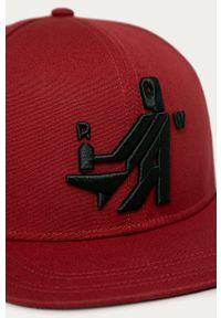 Czerwona czapka z daszkiem G-Star RAW z aplikacjami