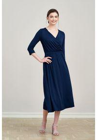Marie Zélie - Sukienka Rita Black Iris mikromodal. Typ kołnierza: dekolt kopertowy. Materiał: wiskoza, dzianina, elastan, włókno, skóra. Długość rękawa: krótki rękaw. Typ sukienki: proste, kopertowe