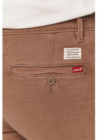 Levi's® - Levi's - Spodnie. Okazja: na spotkanie biznesowe. Kolor: brązowy. Materiał: tkanina. Wzór: gładki. Styl: biznesowy