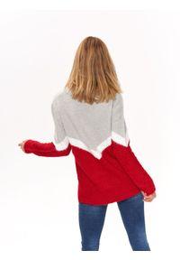 Czerwony sweter TOP SECRET w kolorowe wzory, na co dzień