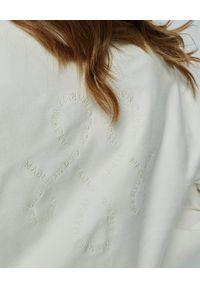 MARLU - Biała bluza z haftem Merida. Kolor: biały. Materiał: bawełna, elastan. Długość rękawa: długi rękaw. Długość: długie. Wzór: haft. Sezon: lato. Styl: sportowy
