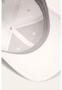 Biała czapka z daszkiem Fila